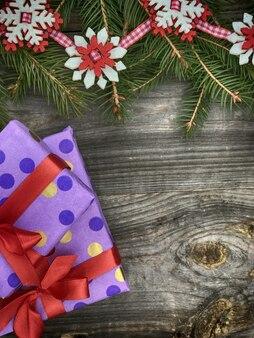 Ramo de abeto decorado com presentes de ano novo em cima da mesa