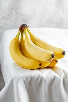 Ramo de banana orgânica natural recém-colhida em um branco