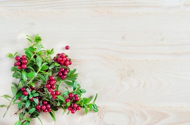 Ramo de cranberry na mesa de madeira