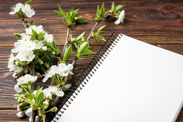 Ramo de flor de primavera e caderno