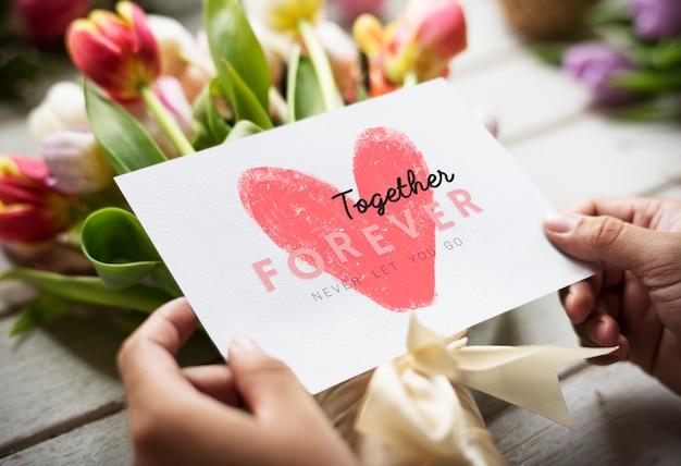Ramo de flores com um cartão juntos para sempre