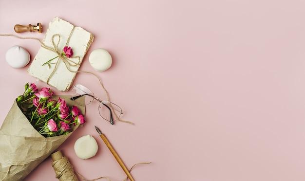Ramo de flores da primavera em papel rosa popular
