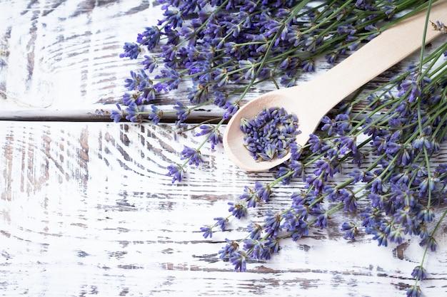 Ramo de flores de lavanda em uma mesa de madeira velha