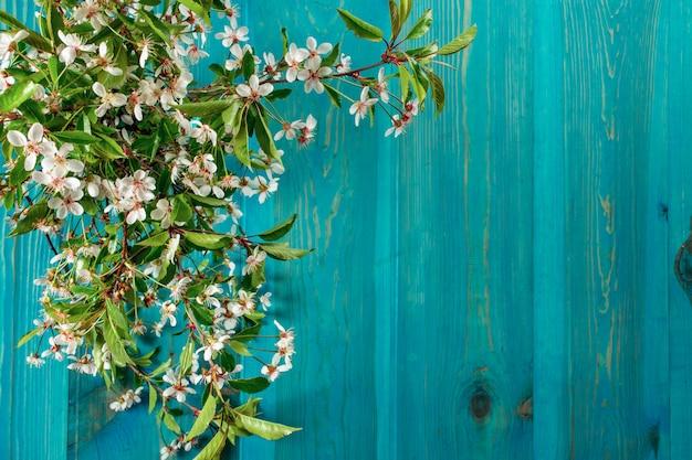 Ramo de flores de maçã em um fundo de tábuas