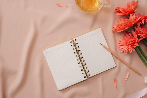 Ramo de flores e caderno em branco