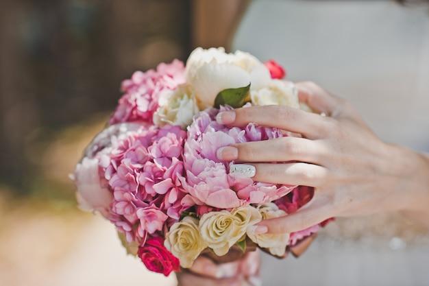 Ramo de flores nas mãos
