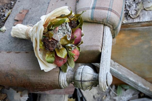 Ramo de frutas podres e flores murchas como símbolo de uma vida antiga destruída