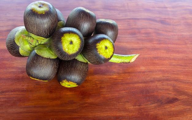 Ramo de palmeira de açúcar em uma mesa de madeira