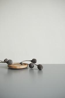 Ramo de pinhas deitado na placa de madeira