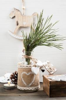 Ramo de pinheiro de natal, brinquedos vintage de madeira, pinos