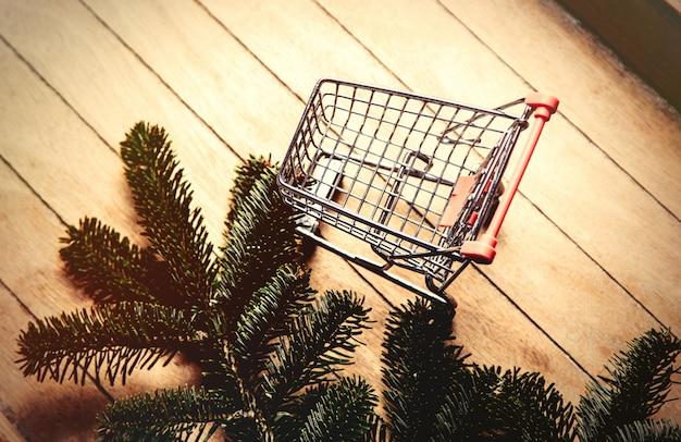 Ramo de pinheiro e carrinho de compras