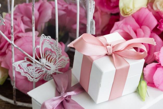 Ramo de rosas frescas brancas e rosa e flores de eustoma com caixa de presente