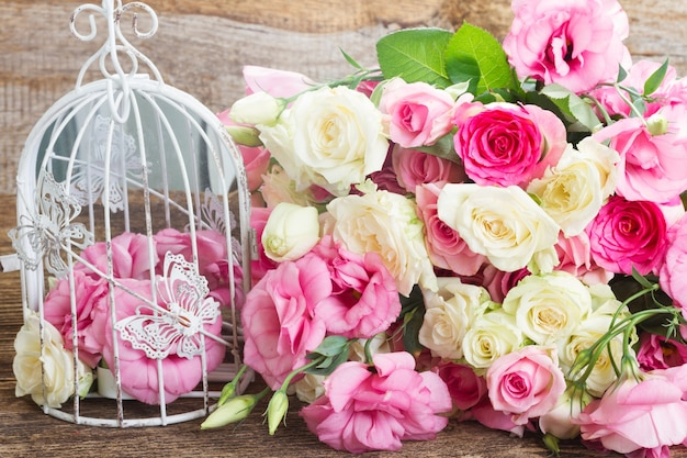 Ramo de rosas frescas brancas e rosa e flores de eustoma