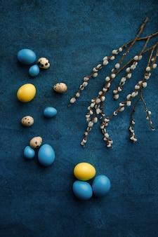 Ramo de salgueiro e ovos de páscoa. flor de árvore da primavera e comida pascal, decoração floral fresca para a celebração do feriado, símbolo do evento