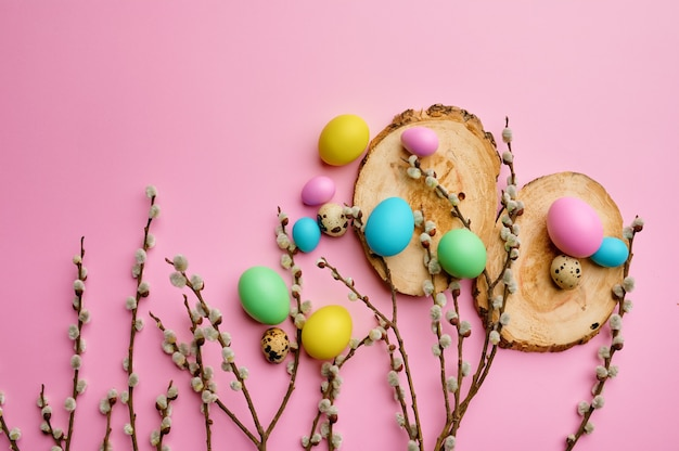 Ramo de salgueiro florescendo e ovos de páscoa em porta-copos de madeira, mesa-de-rosa. flor de árvore da primavera e comida pascal, decoração floral fresca para a celebração do feriado, símbolo do evento