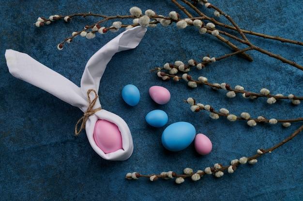 Ramo de salgueiro florescendo e ovos de páscoa. flor de árvore da primavera e comida pascal, decoração floral fresca para a celebração do feriado, símbolo do evento