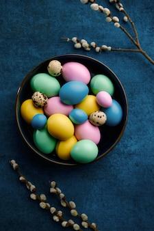 Ramo de salgueiro florescendo e ovos de páscoa na tigela. flor de árvore da primavera e comida pascal, decoração floral fresca para a celebração do feriado, símbolo do evento
