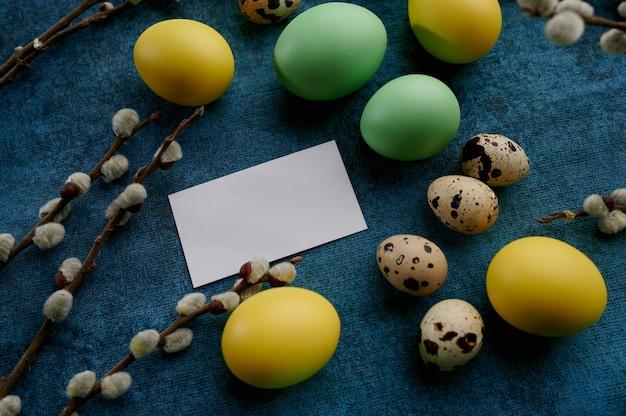 Ramo de salgueiro, ovos de páscoa e cartão de felicitações. flor de árvore da primavera e comida pascal, decoração floral fresca para a celebração do feriado, símbolo do evento