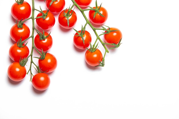 Ramo de tomate cereja isolado no branco