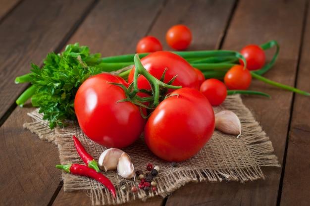 Ramo de tomate fresco na madeira