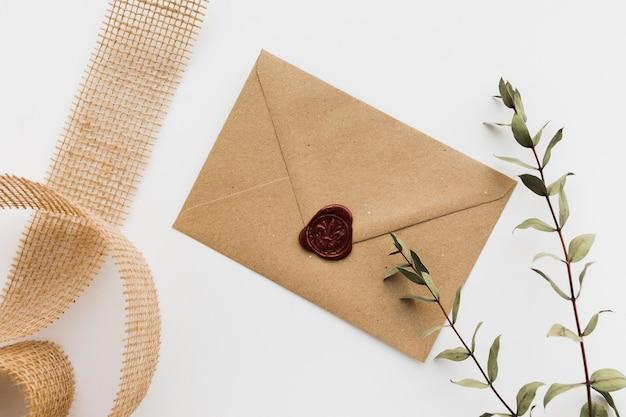 Ramo floral com convite de casamento
