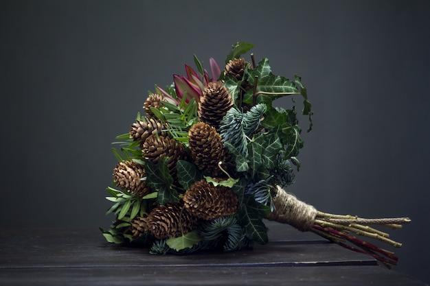 Ramos de abeto de buquê de inverno, cones, pistache, leucodendro e hera
