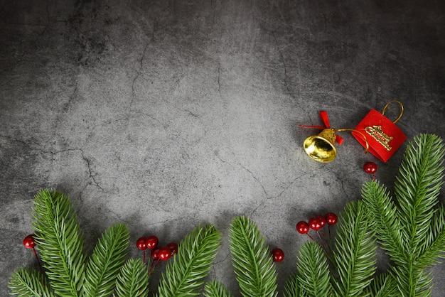 Ramos de abeto de quadro de composição de natal e bagas vermelhas decoração de natal pinheiro festivo xmas