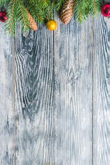 Ramos de abeto em fundo de madeira