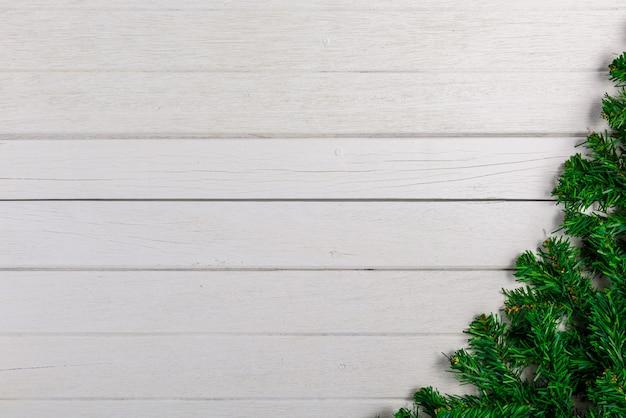 Ramos de abeto no fundo da placa de madeira branca