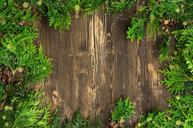 Ramos de cedro sobre fundo de madeira