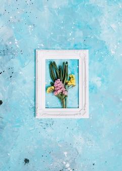 Ramos de flores pequenas no quadro na mesa