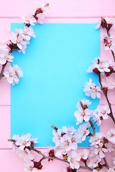 Ramos de florescência da mola em cor-de-rosa de madeira com copyspace.