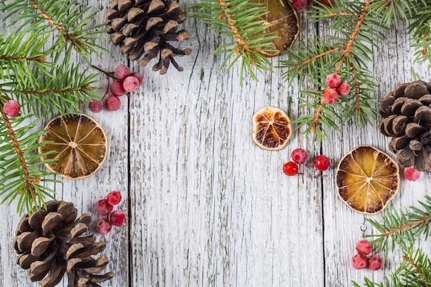 Ramos de natal com bagas de viburno cones e fatia de limão seco