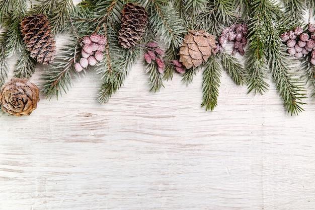 Ramos de pinheiro com decorações de natal e espaço de cópia