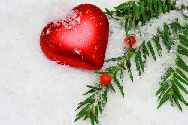 Ramos de pinheiro com decorações de natal