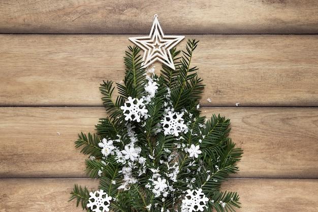 Ramos de pinheiro com flocos de neve