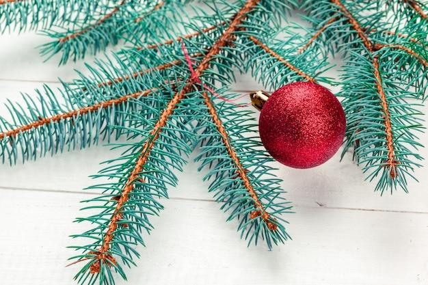 Ramos de pinheiro de natal com decoração