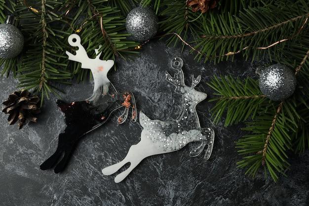 Ramos de pinheiro e bugigangas de rena