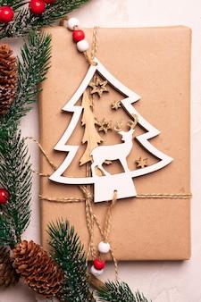 ramos de pinheiro e presentes de natal em uma mesa branca