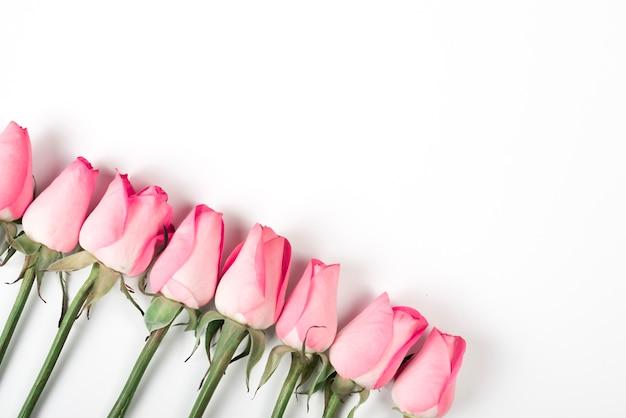 Ramos de rosas rosa na mesa de luz