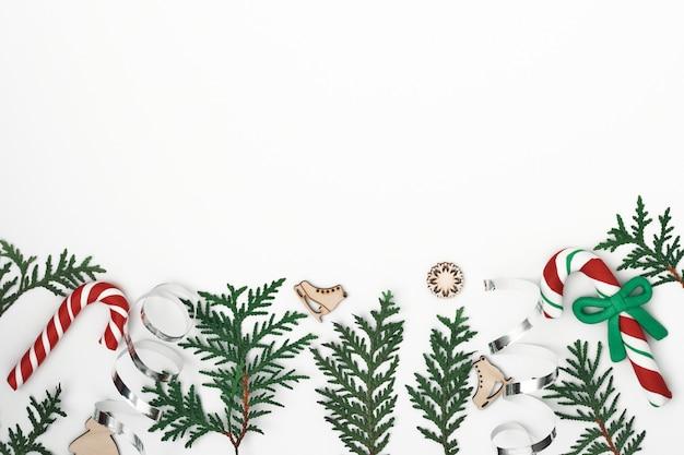 Ramos de thuja, abeto e decoração de ano novo. copie o espaço, flat lay, mock up, vista superior.