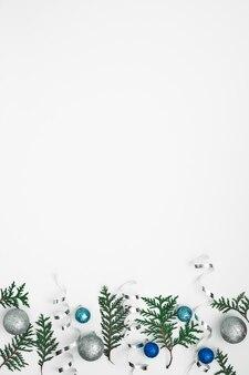 Ramos de thuja, abeto e decoração de ano novo