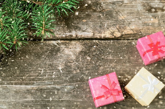 Ramos de uma árvore de natal em placas antigas.