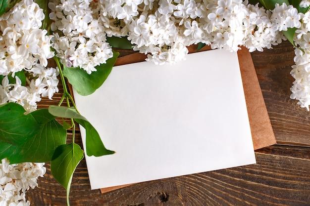 Ramos do lilás que encontram-se em placas de madeira com cartão.