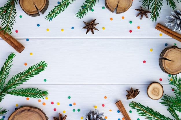 Ramos verdes e especiarias em pranchas de madeira