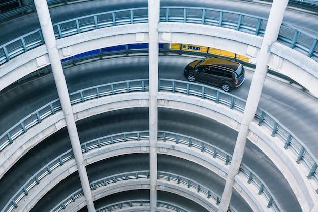Rampa circular na garagem de estacionamento