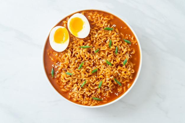 Ramyeon ou macarrão instantâneo coreano com ovo - estilo comida coreana