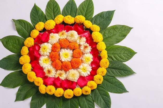 Rangoli de flor de calêndula para o diwali festiva