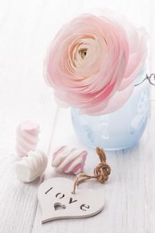 Ranúnculo rosa, coração e marshmallow