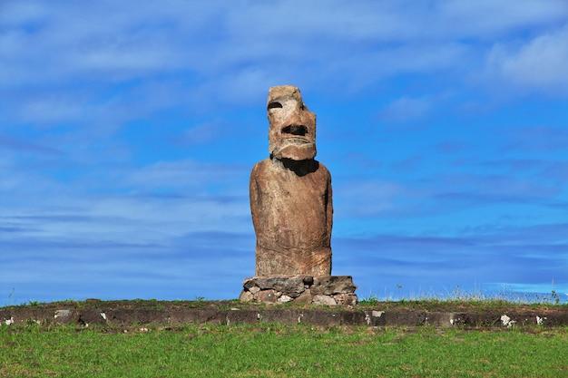 Rapa nui. a estátua moai em ahu huri a urenga na ilha de páscoa, chile